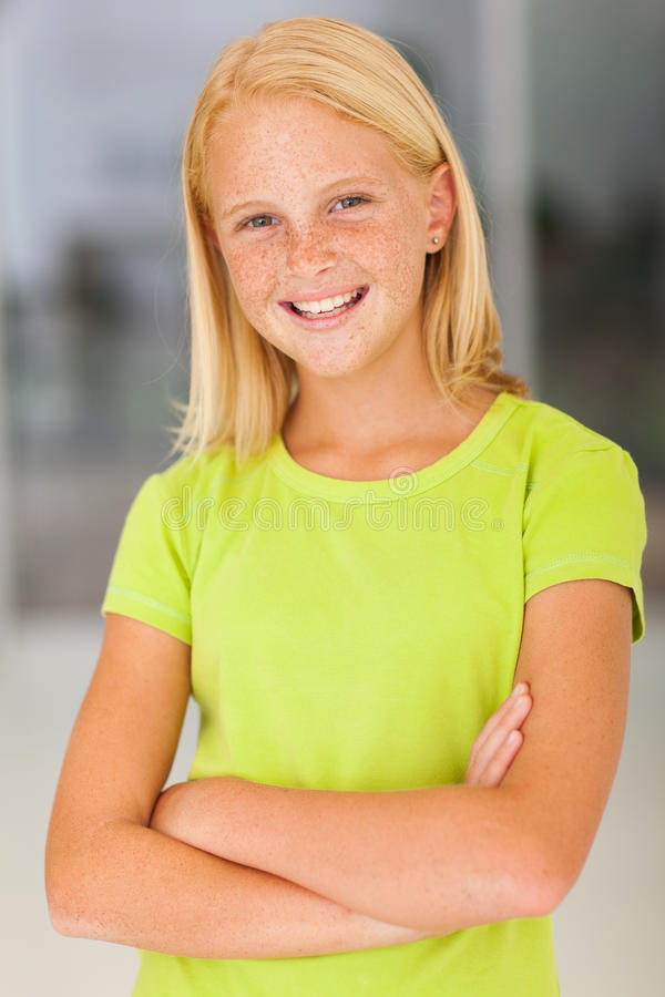 确信的青春期前的女孩 免版税库存图片