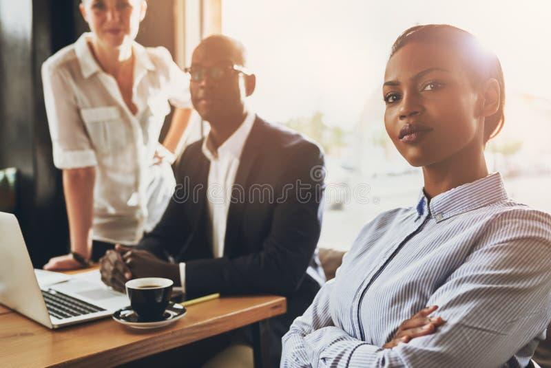 确信的年轻黑人女商人 免版税图库摄影