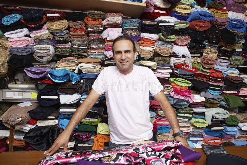 确信的织品店主画象  免版税图库摄影