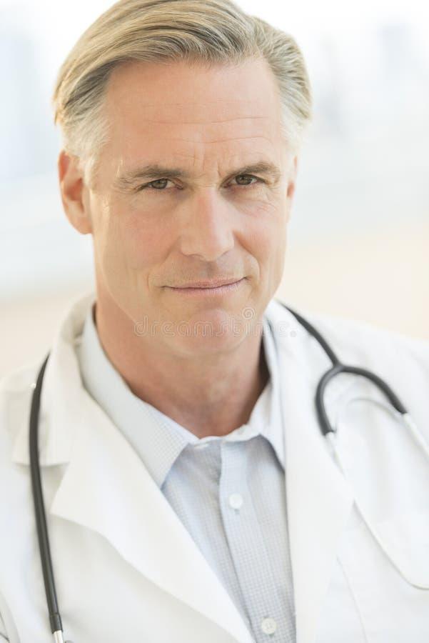 确信的医生With Stethoscope在诊所的Around Neck 图库摄影