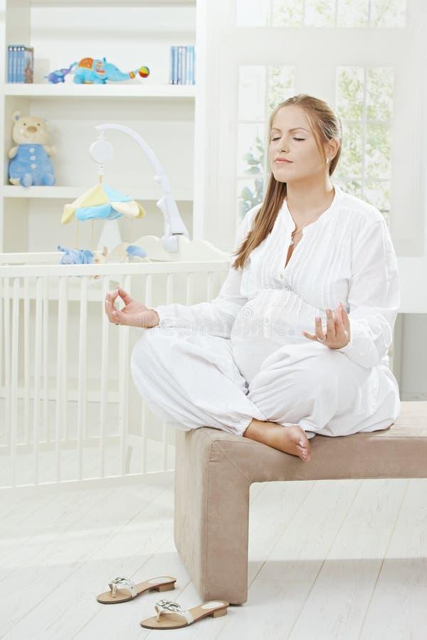 确定孕妇瑜伽 库存照片