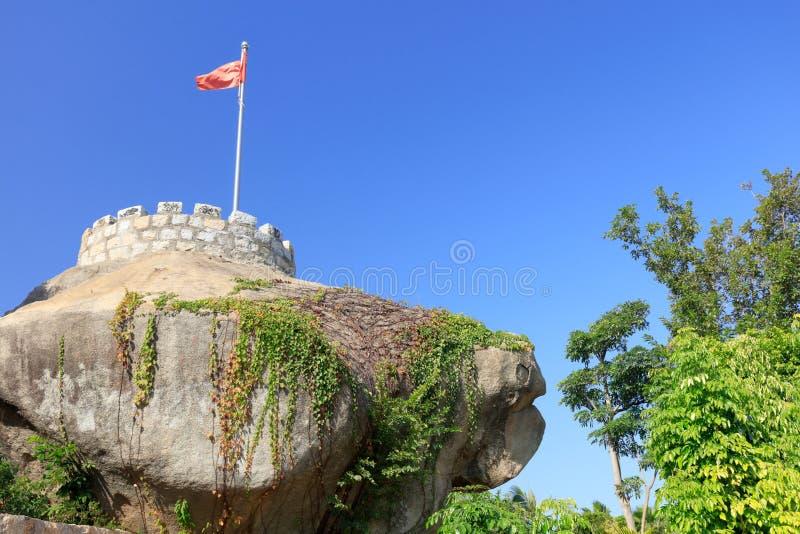 碉堡和中国旗子在岩石, srgb图象 免版税图库摄影