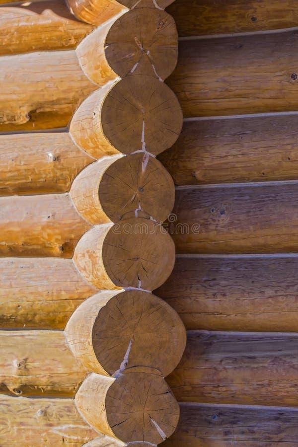 碉堡的角落从日志的 日志纹理从木房子的 免版税库存照片