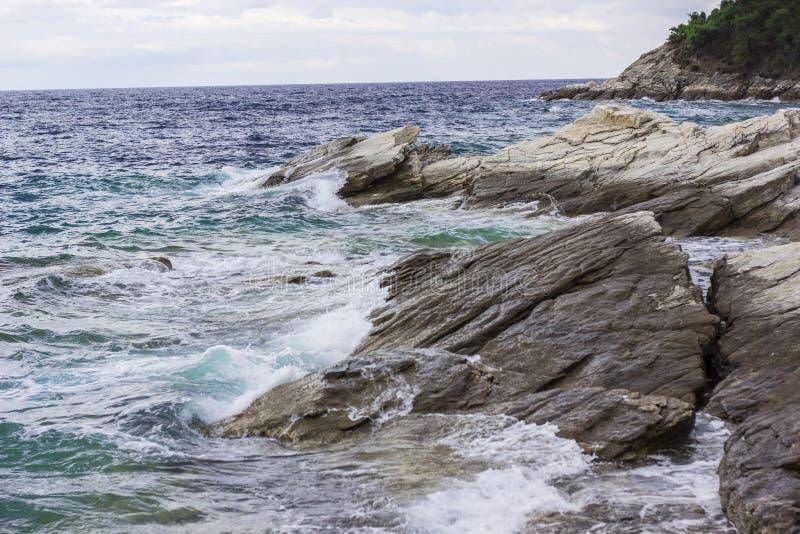 击碎在岩石的海波浪 免版税库存照片