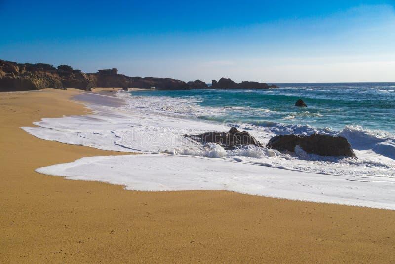 击碎在Garrapata国家海滩的岩石的巨大的海浪在C 免版税库存照片