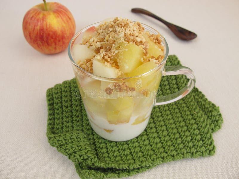 碎屑杯子蛋糕用苹果、酸奶曲奇饼易碎的面包屑和的杏仁 库存照片