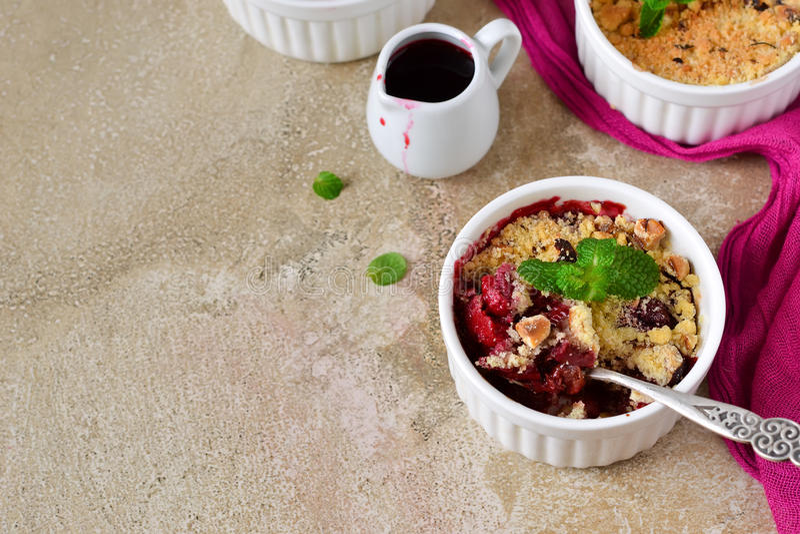 碎屑用莓果、燕麦粥和坚果 免版税库存图片