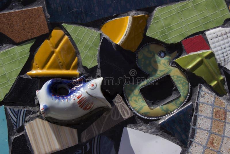 碎板、背景的多色镶嵌 陶瓷餐具碎片 免版税库存图片