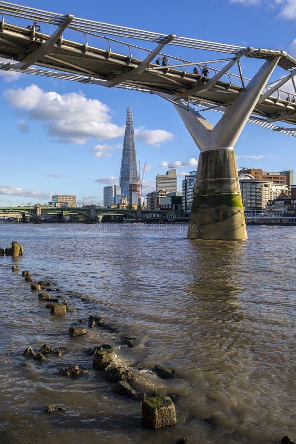 碎片和千年桥梁在伦敦 库存照片