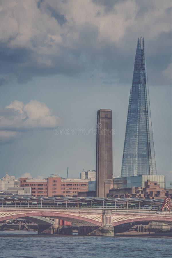 碎片和Southwark桥梁 免版税库存图片
