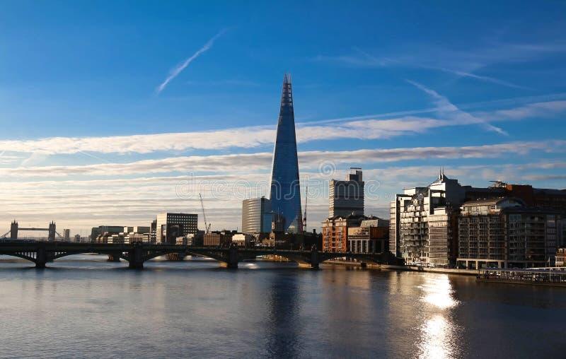 碎片大厦、摩天大楼和泰晤士河日落的,伦敦,英国看法  免版税库存图片