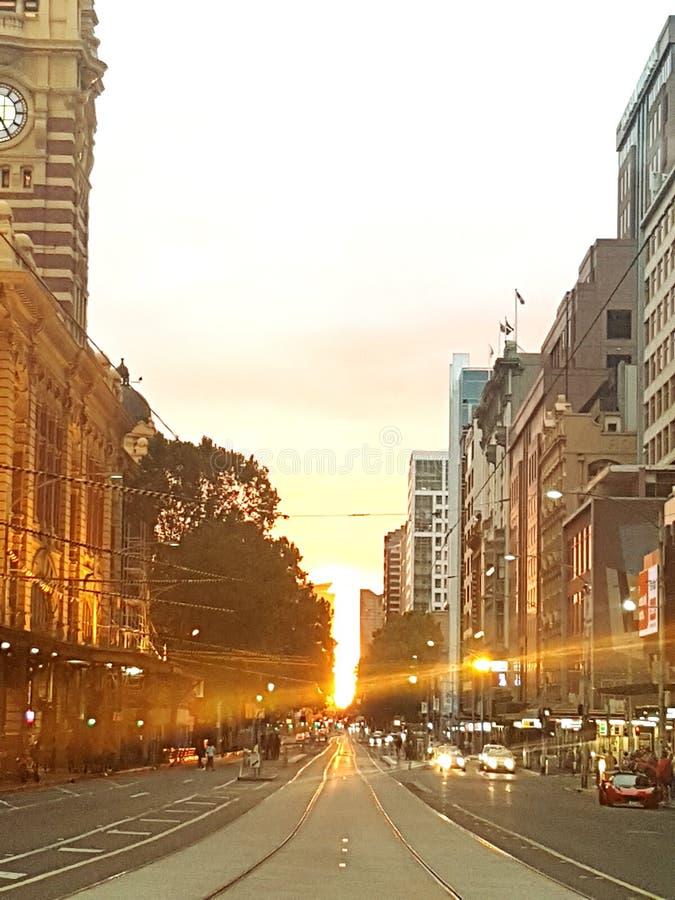 碎片街道驻地在路电车线的日落晚上 库存图片