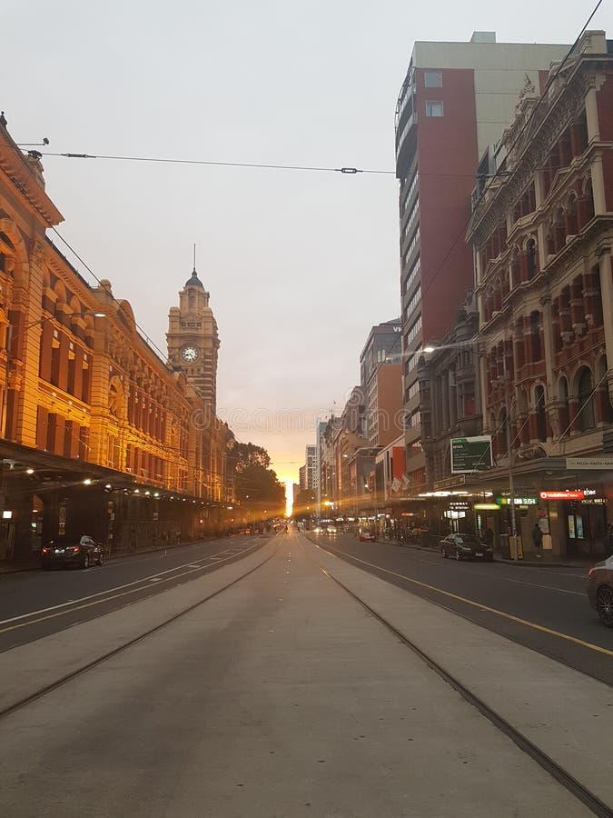 碎片街道驻地在路电车线的日落晚上 免版税库存图片