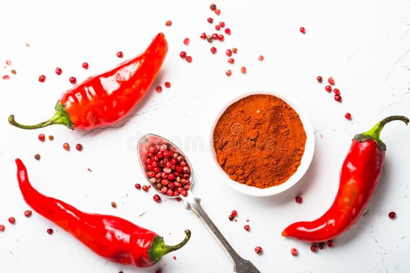 碎胡椒、干胡椒和新鲜的辣椒在白色 免版税库存照片