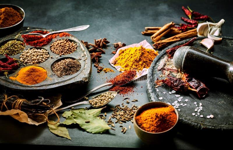 碎香料为亚洲烹调做准备 免版税库存照片