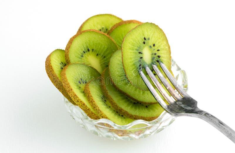 碗与叉子的猕猴桃在果子黏附了 免版税库存图片