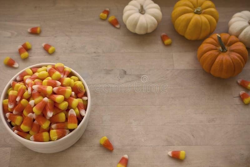 碗与微型Pinkins的糖味玉米 免版税库存图片
