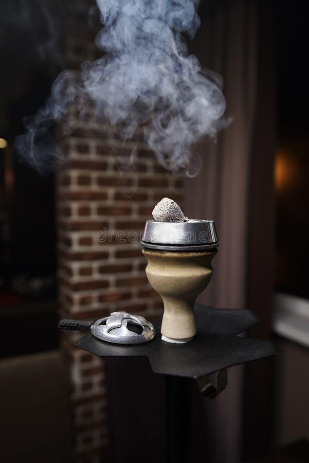 碗与烟云的水烟筒 免版税库存照片