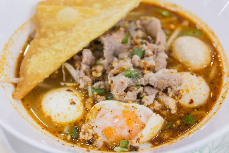 碗与菜和水煮蛋的面条 免版税库存图片