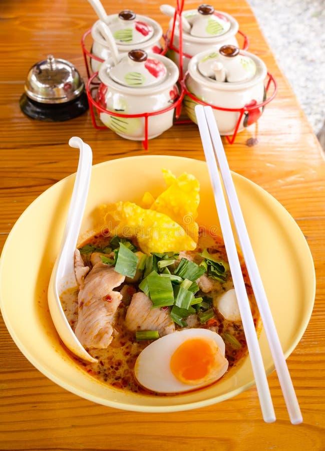 碗与菜的可口面条和煮沸的鸡蛋求爱 库存图片
