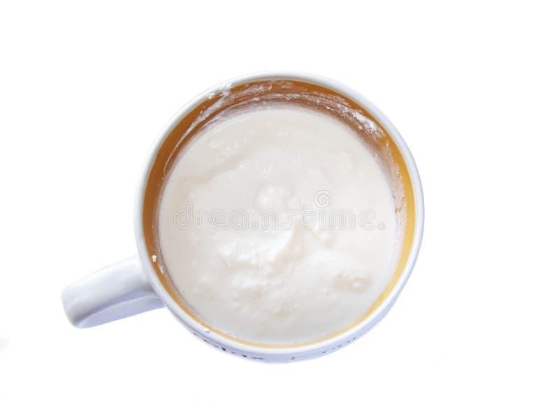 碗与酸性稀奶油,在白色背景隔绝的垂度调味汁的奶油奶酪 r 免版税库存照片