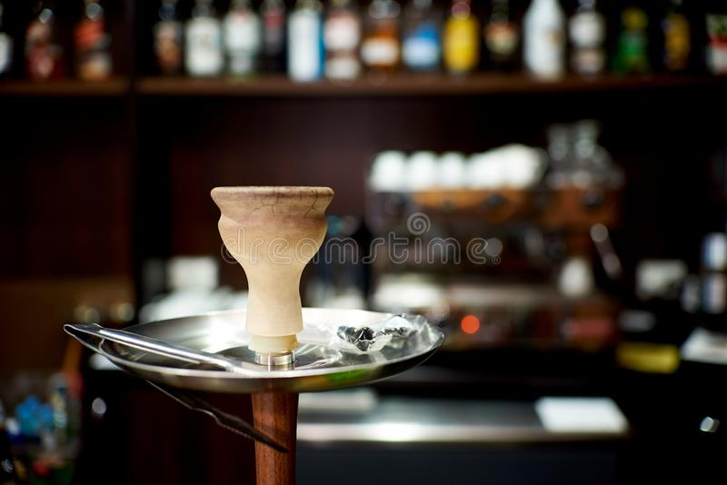 碗与钳子特写镜头的水烟筒 库存照片