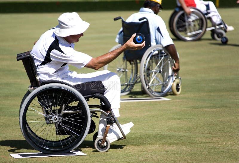碗主持残疾草坪人人员轮子 库存图片