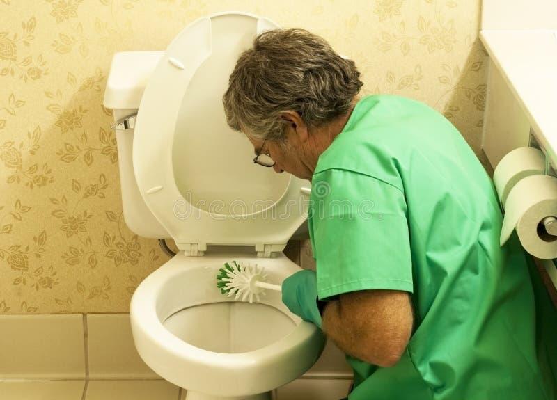 碗刷子清理人洗手间 免版税库存照片
