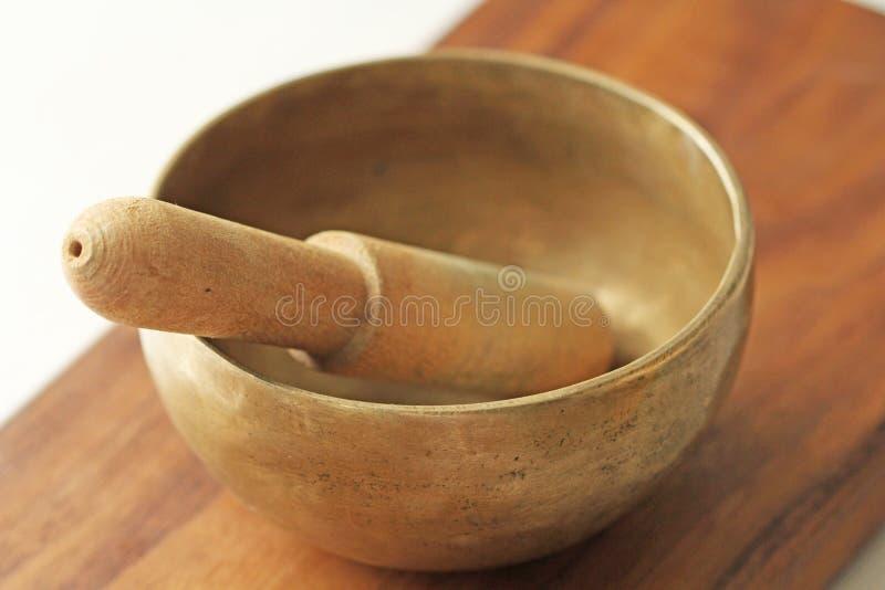 碗唱歌的藏语 与声音的治疗 替代竹浴biloba银杏树项目医学温泉盘 免版税图库摄影