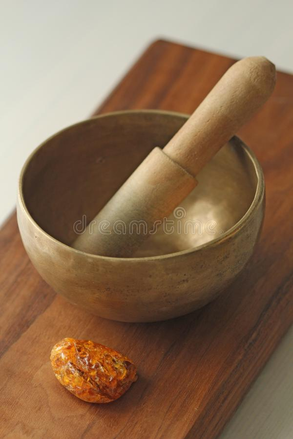 碗唱歌的藏语 与声音的治疗 替代竹浴biloba银杏树项目医学温泉盘 库存照片