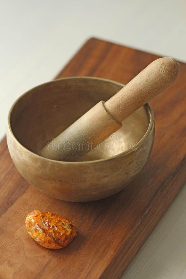碗唱歌的藏语 与声音的治疗 替代竹浴biloba银杏树项目医学温泉盘 免版税库存照片