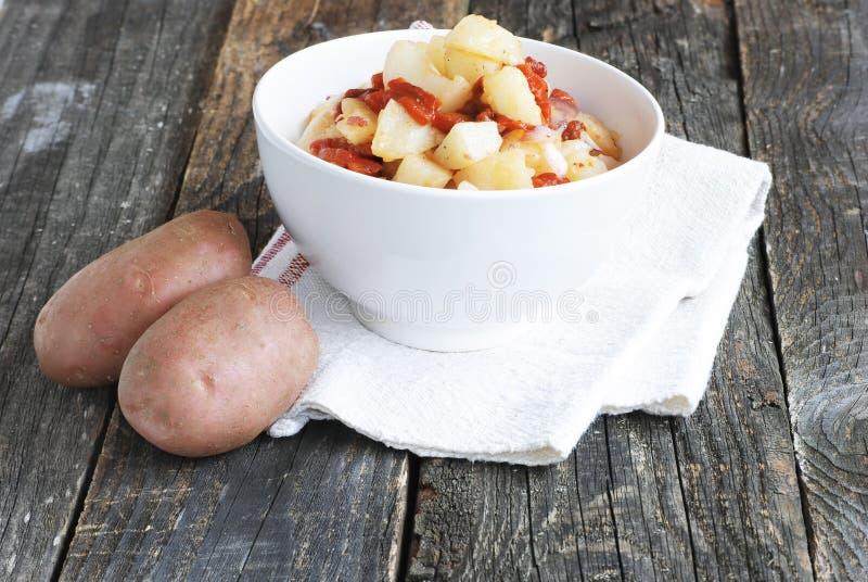 碗在一块白色餐巾的土豆沙拉 免版税库存图片