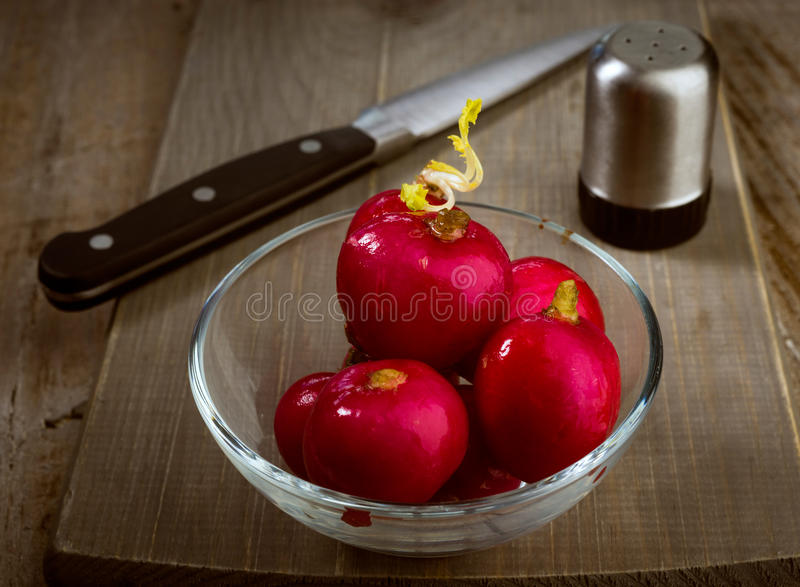 碗在木的成熟萝卜 库存图片