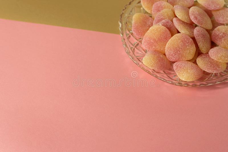 碗在水晶刻花玻璃盘的加糖的果冻甜点 库存照片