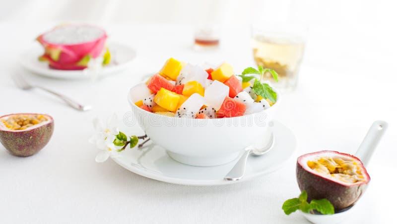 碗在白色夏天背景健康早餐的新鲜的异乎寻常的水果沙拉 库存照片