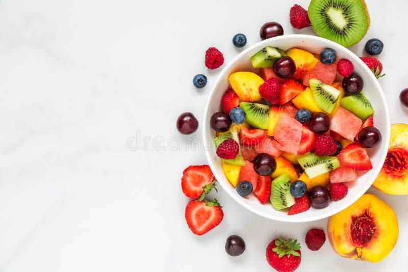 碗在白色大理石背景的健康新鲜水果沙拉 健康的食物 顶视图 免版税库存图片