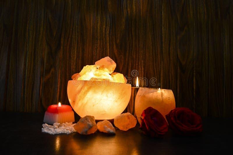 碗大块灯&自然盐蜡烛经理 喜马拉雅盐 免版税库存照片