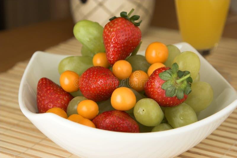 碗新鲜水果白色 免版税图库摄影