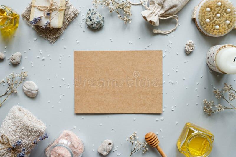 碗构成浮动的gerber温泉向毛巾扔石头 制作与各种各样的产品的纸在土气木背景的温泉治疗的 免版税库存照片