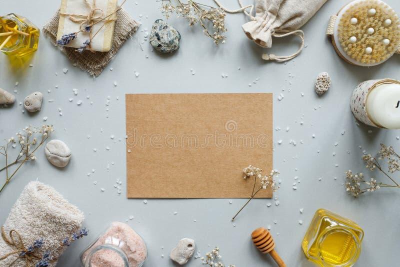 碗构成浮动的gerber温泉向毛巾扔石头 制作与各种各样的产品的纸在土气木背景的温泉治疗的 免版税库存图片