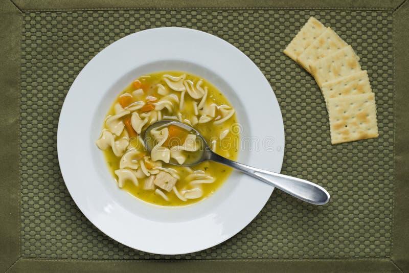 碗汤和薄脆饼干 库存图片