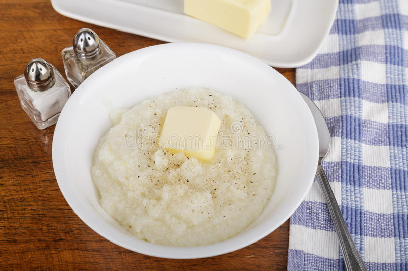 碗沙粒用黄油和胡椒 免版税库存照片