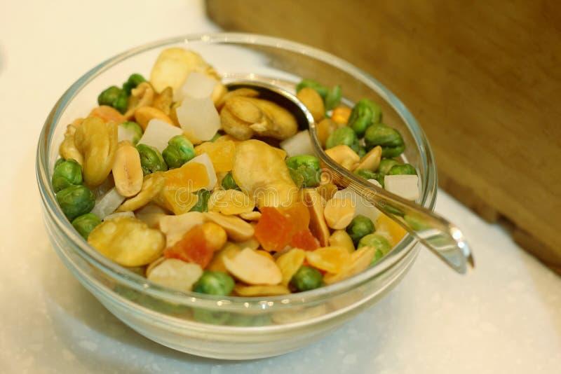 碗混杂的坚果和干果子 免版税库存图片
