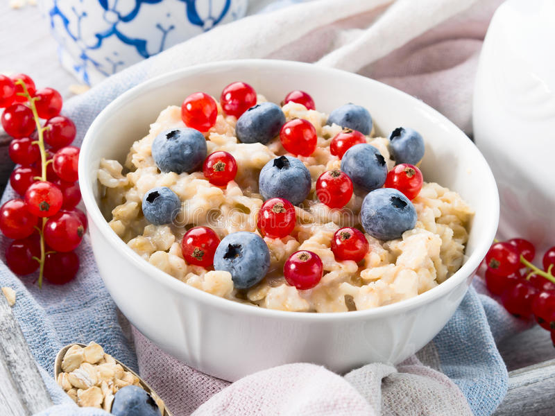 碗燕麦粥粥用蓝莓和无核小葡萄干 库存照片