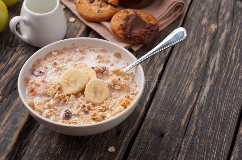 碗燕麦粥粥用香蕉 免版税库存照片