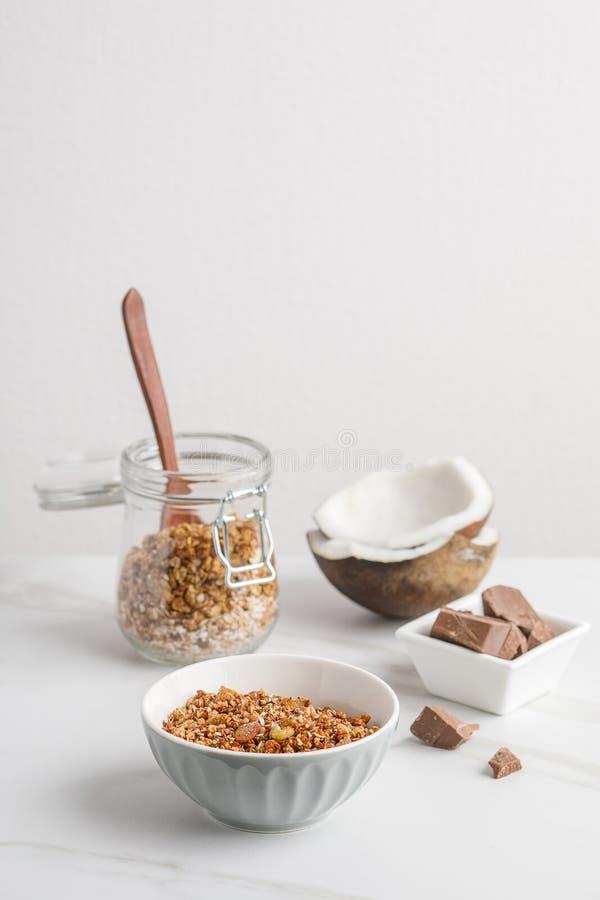 碗特写镜头视图有格兰诺拉麦片的用椰子和巧克力 免版税图库摄影