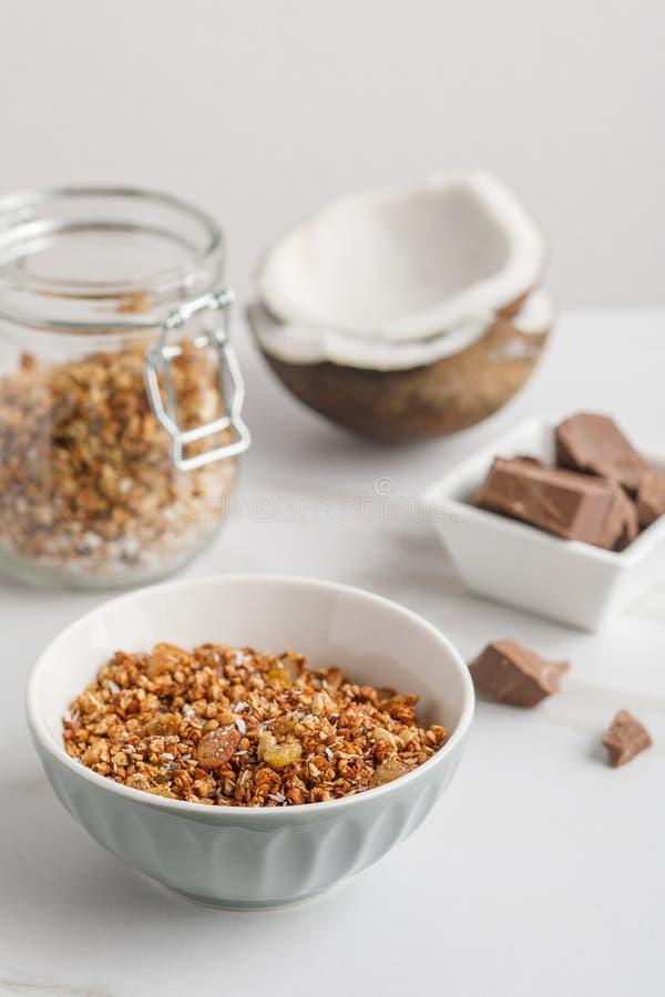 碗特写镜头视图有格兰诺拉麦片的用椰子和巧克力 免版税库存图片