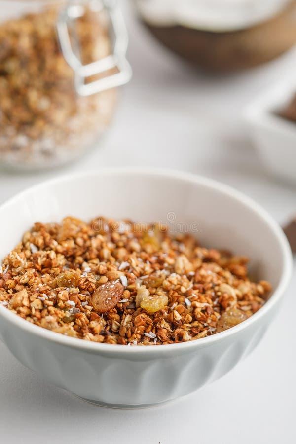 碗特写镜头视图有格兰诺拉麦片的用椰子和巧克力 图库摄影