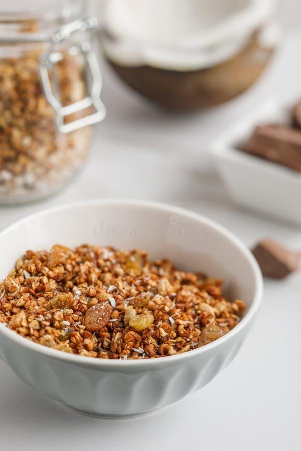 碗特写镜头视图有格兰诺拉麦片的用椰子和巧克力 免版税库存照片