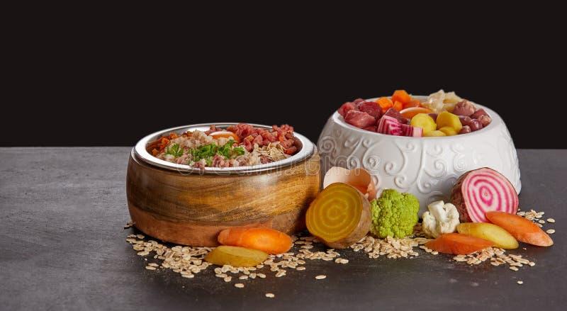 碗狗或猫的健康食品混合 免版税库存图片